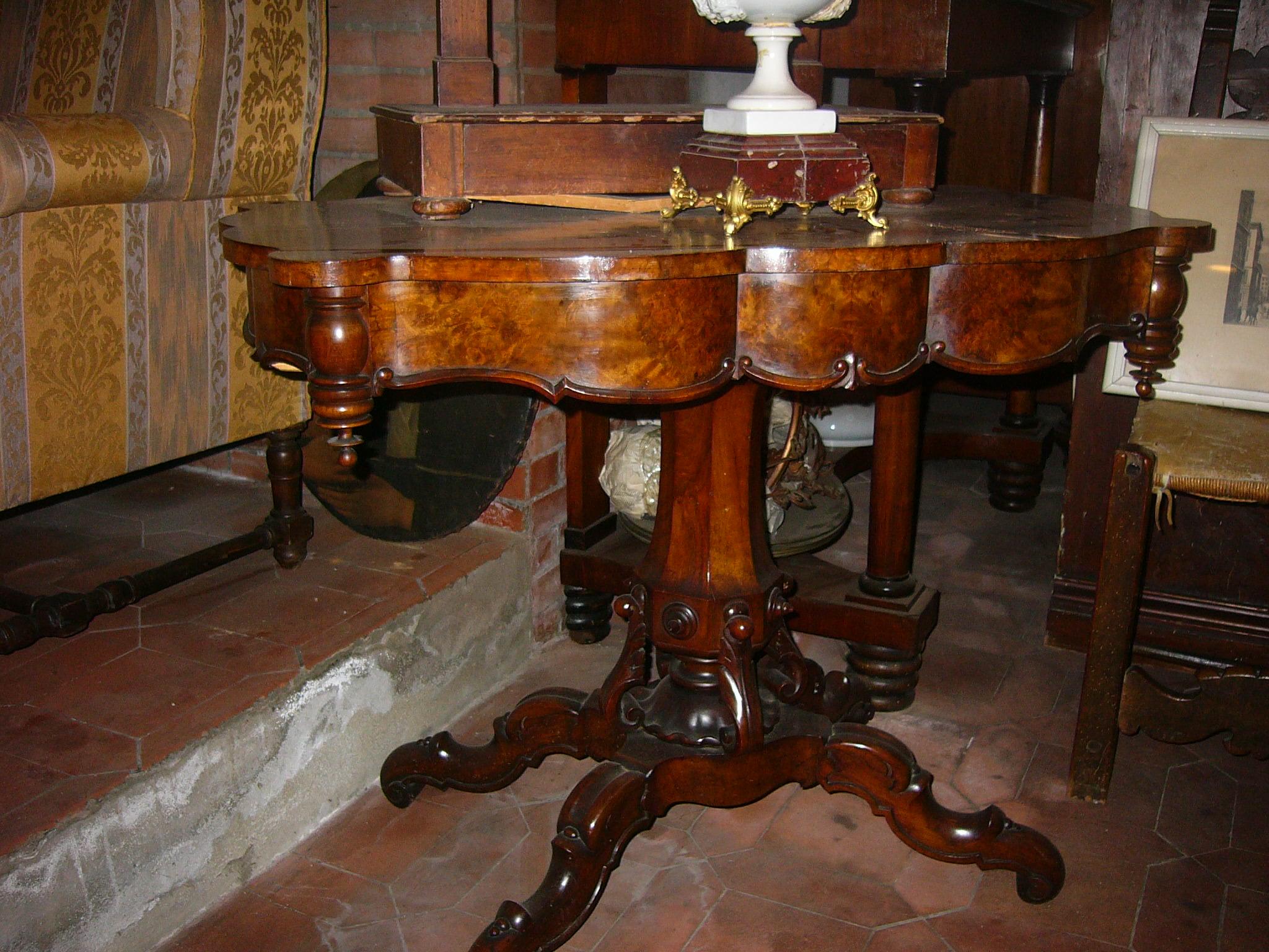 Tavolo in radica di noce 1830′