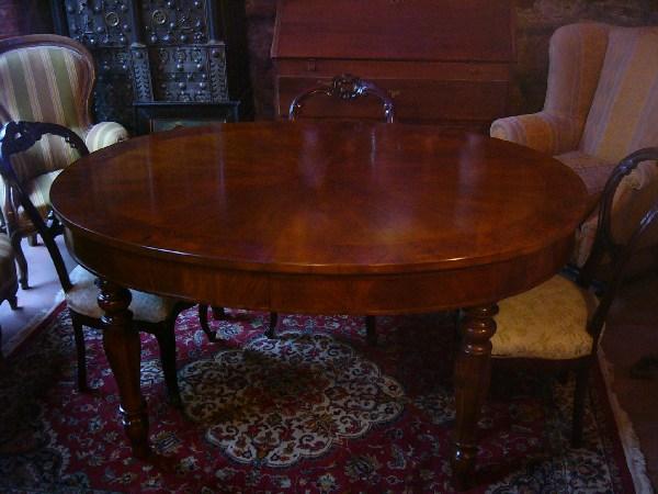 Tavolo allungabile in legno massello di noce con prolunghe for Tavolo ovale allungabile legno massello